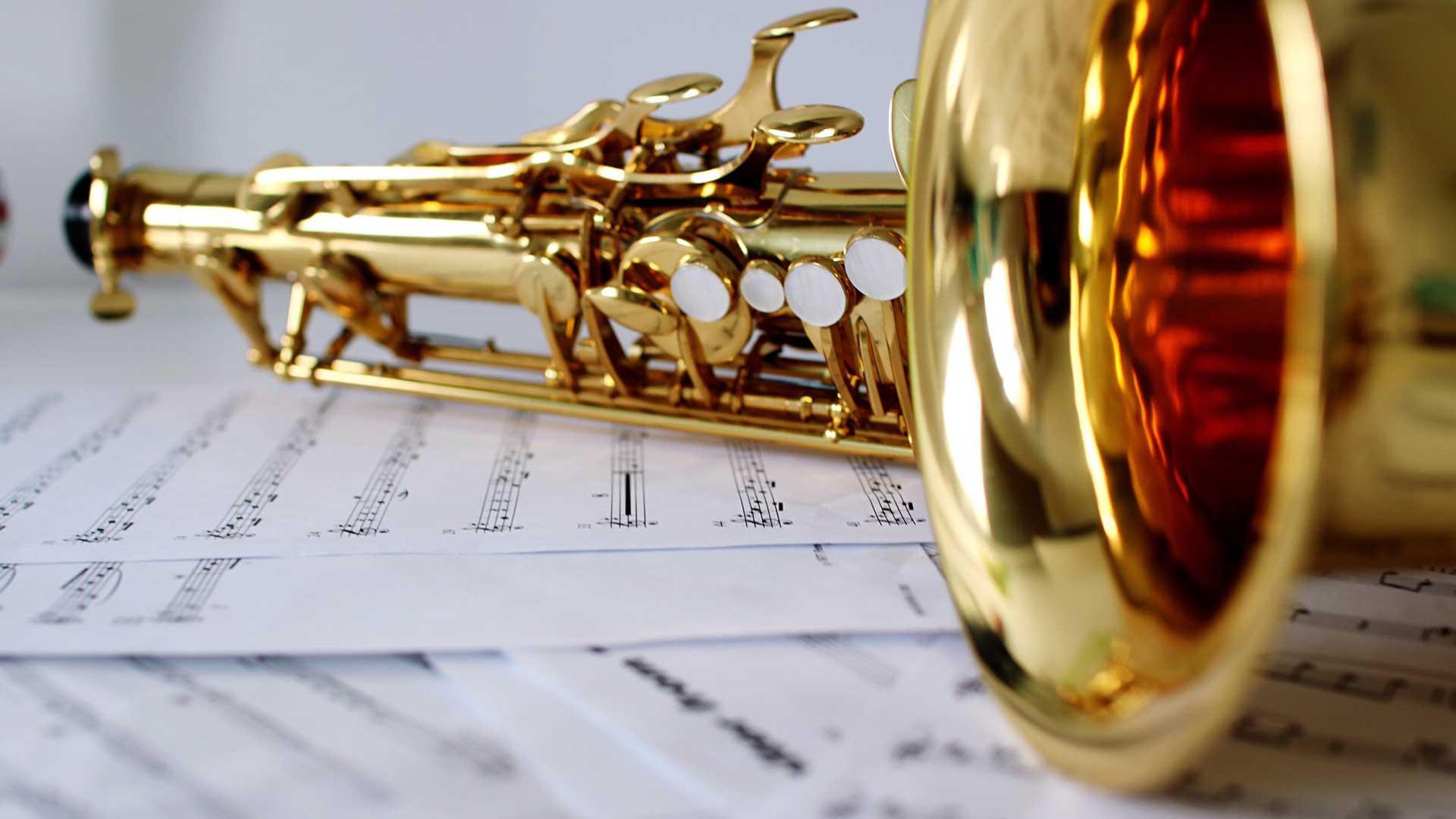 Saxophon und Notenblätter