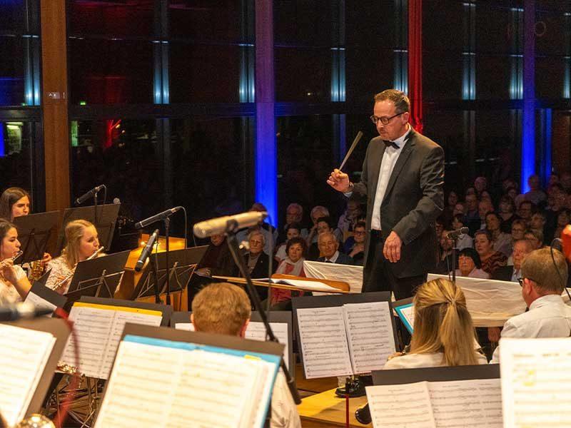 Blasorchester Berghaupten mit Dirigent beim Jahreskonzert